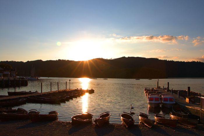 ウィンダミア湖の夕暮れどき。湖面に反射した陽の光と山々の眺めは神々しく、格別の眺め。