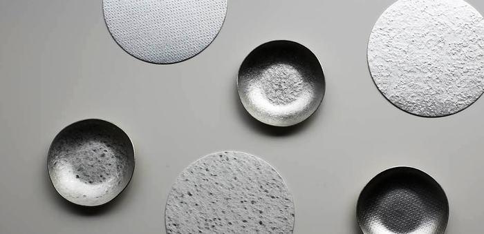 ステンレスとは異なる、落ち着いた独特の輝きを放つ錫100%の能作のテーブルウェア。そのまま使っても和モダンなテイストを醸し出してくれますし、曲げて使えばまるでアート作品のような雰囲気に。曲げ方を変えることで用途も広がる上、抗菌作用があったり水・お酒等をまろやかにする効果があったりと実用性に優れているのも錫の魅力です。