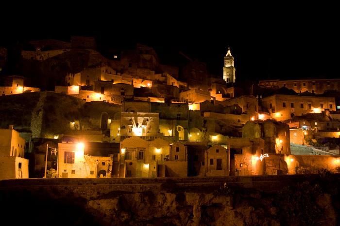 夜になると洞窟住居の窓から灯りが漏れます。日中は、廃墟のようで、ある種の異様な雰囲気も醸し出し、訪れる人に強烈な印象を与える洞窟住居ですが、夜になるとこの地に住む人々の生活の息遣いを感じ取ることができます。