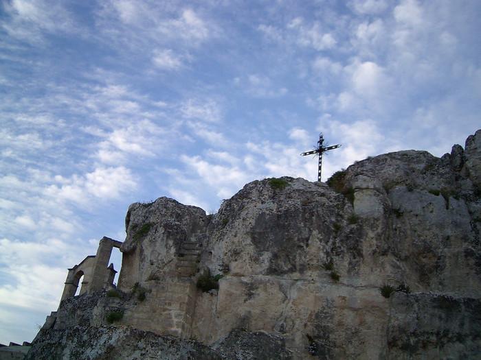 伝承によると、マテーラの洞窟住居はイスラム教徒の迫害に遭った修道僧によって8世紀から13世紀頃に造れたと伝えられています。今でも岩壁をくりぬいて造られた岩窟教会が現存しています。