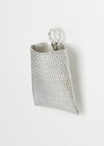 これは壁掛けタイプの一輪挿し。錫には抗菌効果があるので、錫の花器を使うと花が長持ちしやすいんです。