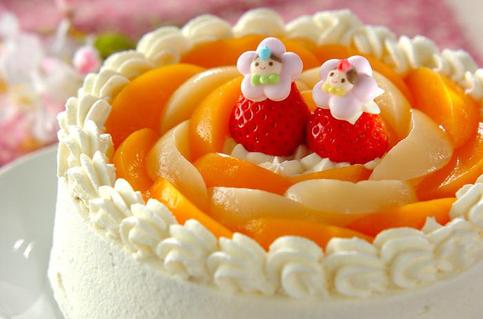 こちらは桃の節句にちなんだ桃のケーキです。缶詰を使うのでお手軽ですし、甘酸っぱい黄桃は特に生クリームとの相性ばっちり。いちごなど、ほかのフルーツも飾るとより豪華になります。