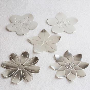 花がモチーフの華やかな小皿。花びらは一枚一枚曲がります。少しだけ曲げて動きを出すとよりおしゃれに。コースターや銘々皿として等、幅広く使用出来ます。