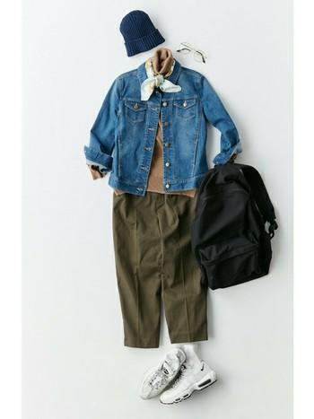 ジーンズ、デニムジャケット、ニット帽とアースカラーでまとめたカジュアルスタイルも、ハイネック+スカーフの組み合わせでおしゃれトラッドスタイルへシフト。