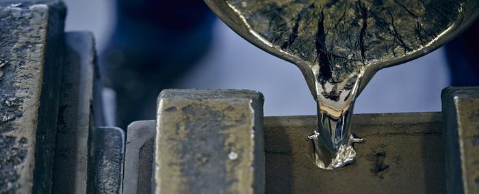 そんな錫を使ったテーブルウェアを作っているのが、富山県高岡市にて大正5年に創業された、鋳物メーカー「能作」です。錫の柔らかく曲がりやすいという特性を十分に生かした、デザイン性の高い商品を生み出しています。実は錫100%の商品を作ったのは能作が初めて。それまでは硬度を保つため他の金属を混ぜていたところ、「曲がる」ということを欠点ではなく長所として生かしたのが能作なんです。