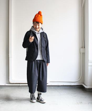 カラーアイテムは小物でさりげなく取り入れるのもおすすめです。インパクトのある鮮やかなオレンジも、ニット帽なら挑戦しやすいのでは?暗くなりがちな冬コーデを、明るく元気に見せてくれます。