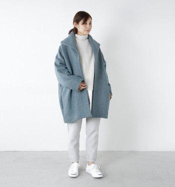 """派手な色はちょっと苦手…という方でも取り入れやすいのが、少しグレーが混ざったような色合いの""""くすみ系カラー""""です。こちらのコートはグレーとエメラルドグリーンの糸を組み合わせることで、深みのある独特の色合いを表現しています。ホワイトのアイテムと合わせ、爽やかなコーデに仕上げました。"""