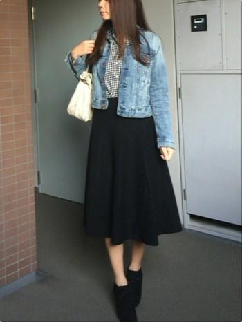 ギンガムチェックのシャツとジーンスジャケットには、ミモレ丈のスカートを合わせて。一気に女性らしい雰囲気に。