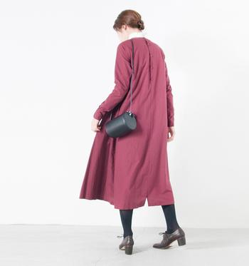 くすみのあるワインレッドのワンピース。赤よりも上品で落ち着いた印象です。バッグや足元はシンプルに黒でまとめ、ワンピースの美しさを際立たせましょう。