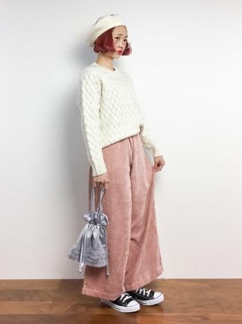 ピンク色のコーデュロイワイドパンツに白ニットを合わせた、ガーリーなコーディネート。少しくすんだピンクなので、子どもっぽすぎず着こなすことができます。