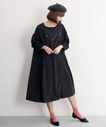シンプルなブラックコーデに、ピンクの靴下を合わせています。黒だけだとクールな印象が強いですが、ピンクを加えると少し柔らかい雰囲気になりますよね。