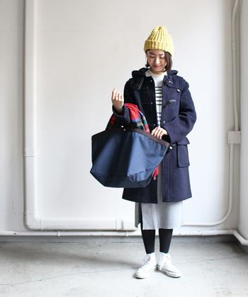 パステルイエローのニット帽がかわいらしい冬コーデ。ダークカラーが多めですが、パステルイエローを差し色として加えることで、重たすぎず明るい印象に仕上げています。