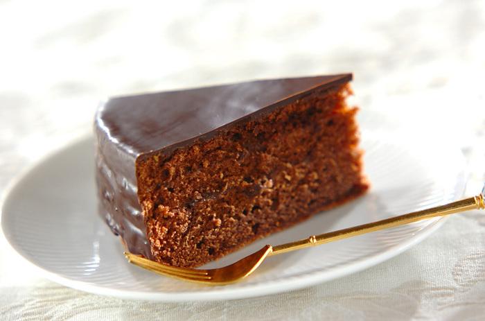 チョコレート系のお菓子でもうひとつおすすめするのが、オーストリア発祥の「ザッハトルテ」です。チョコレートケーキの間にアプリコットジャムが挟まれており、濃厚な甘さとフルーティーな酸味を楽しむことができます。