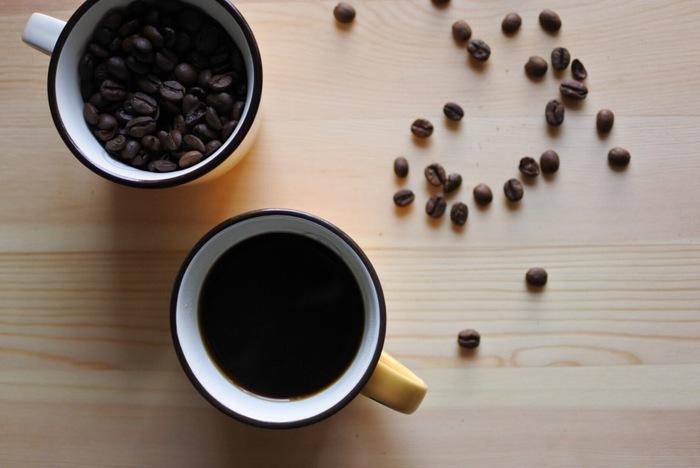 コーヒーに合うお菓子のレシピの前に、まずはおいしいコーヒーの淹れ方をご紹介します。コーヒーの抽出方法には「サイフォン」「フレンチプレス」「ネルドリップ」などのさまざまな種類がありますが、最も手軽でおすすめなのが「ペーパードリップ」という方法です。
