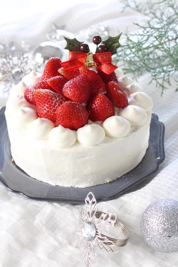 同じく酸味の強いコーヒーに合う、「苺のショートケーキ」。クリスマスや誕生日など特別な日に食べるイメージが強いですが、普段のおやつとしてもおすすめですよ。苺以外にも、その季節に合わせた旬のフルーツを乗せてアレンジをしても良いですね。