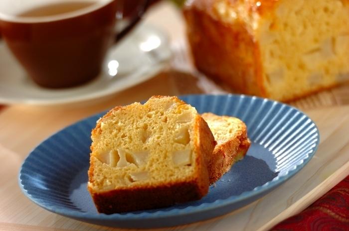 材料を混ぜて焼くだけで作れる「パウンドケーキ」は、どんなコーヒーとも相性抜群!今回はリンゴのパウンドケーキをご紹介しますが、ドライフルーツやナッツ、バナナなど、お好みのフレーバーにアレンジするのもおすすめですよ。