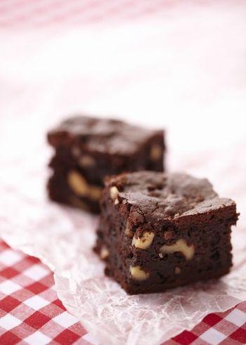 チョコレートの甘さにナッツの香ばしさをプラスした「ブラウニー」もおすすめです。材料を混ぜて焼くだけなので、誰でもすぐに作ることができます。こちらのレシピでは初めにアーモンドとくるみをローストしていますが、ローストナッツを購入すればより簡単ですよ。
