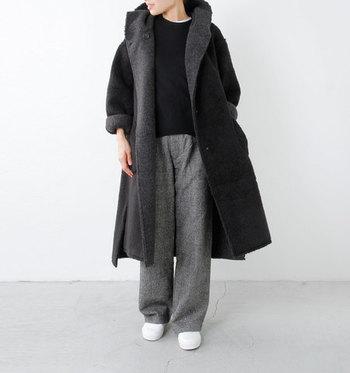 黒、グレー、ネイビー、茶色など、シックな色合いでまとめがちな冬ファッション。どんなアイテムとも合わせやすく便利なのですが、同じ色合いばかりだとコーデが少しマンネリ気味に…。