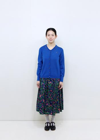 鮮やかなブルーのカーデに、花柄のスカートを合わせています。クールな印象の強いブルーを加えることで、花柄スカートの甘さが抑えられ、大人っぽいコーディネートに仕上がりますよ。