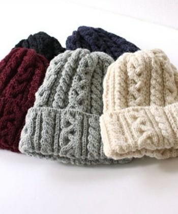 ボリュームのあるケーブル編みのざっくり感がかわいいボブキャップ。