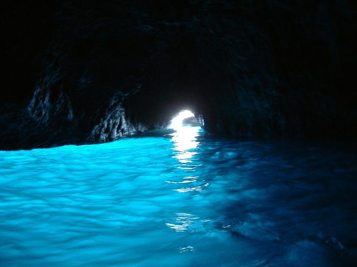 洞窟内は、世界にこれほど美しい景色があるとは思えないほど、幻想的で神秘的な景色が広がっています。太陽光が海底に反射することによって海面が青く輝き、狭い洞窟の入り口から差し込む光が、水面の青さを引き立てています。