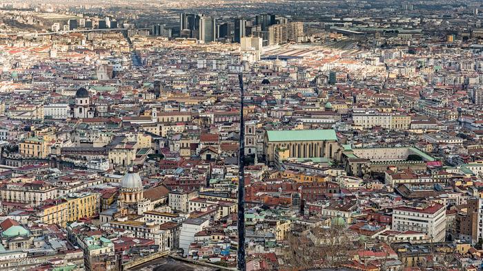 かつて都市国家であったイタリアが統一される前、ナポリはイタリア最大の都市でした。碁盤目のように整然としたナポリ旧市街には、数々の壮麗な教会や礼拝堂が点在し、湾岸都市として栄華を極めた姿を今に物語っています。