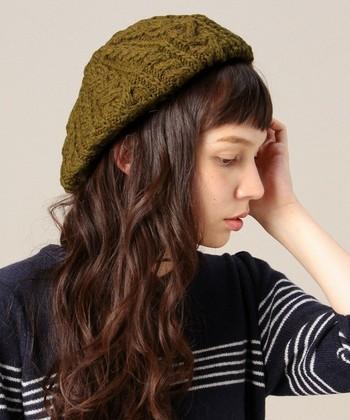 ニットベレーも人気。カジュアルな雰囲気のニット帽ですが、ベレー帽ならガーリーなスタイルにも使えそうです。