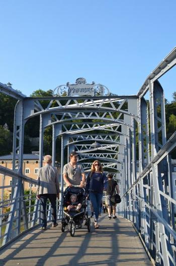ザルツァッハ川に架かる「モーツァルト小橋」。マリアと子供達が歌いながら渡っていくシーンで登場します。