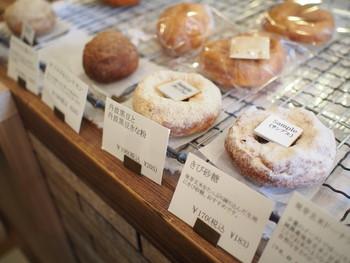 身体に優しいドーナツ生地の基本は、2種類。天然酵母はふわふわの食感、発芽玄米入りはもちもちの食感です。丹波黒豆きなこ、きび砂糖、和三盆、薩摩芋、胡麻などがアクセントになり、京都らしいドーナツが魅力です。お味も、品の良い甘さ控えめ。