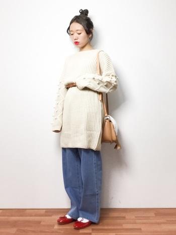 袖にパプコーン編みのポコポコがたっぷりのデザインニットワンピース。丈が長くインが難しいニットワンピースも、ベルトでウエストマークするとスタイリッシュに着こなせますよ。細ベルトなら華奢で女性らしい印象に。