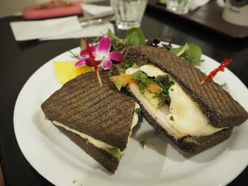 ターキーやシュリンプを挟んだサンドウィッチは、ソースやドレッシングもハワイと同じ本格的な味を再現しています。