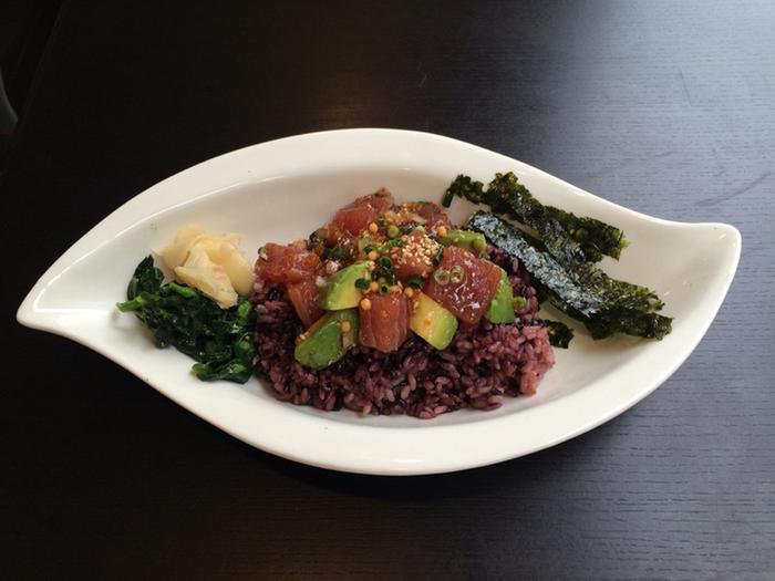 マグロを使ったハワイの定番メニュー「ポキ丼」は、白米と雑穀米から選べます。