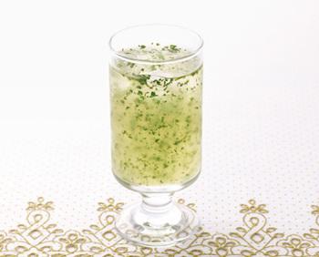 ビタミンCをたっぷり摂取できる、ヘルシーなフレーバージュースです♪グラスの中で舞い躍るパセリの緑はずっと眺めていたくなる綺麗さ。