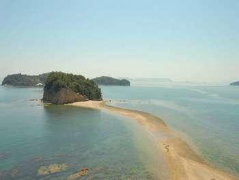 エンジェルロードも見どころの一つ。1日に2回引き潮の時に現れるこの道は、大切な人と手をつないで渡ると願いが叶うと言われています。カップルやご夫婦で訪れた際には、ぜひ観光したいところ。