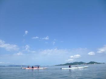 【シーカヤック】  小豆島で夏のレジャーといえば、シーカヤック!初心者もガイドさんに教われば安心。海と自然をシーカヤックならではの目線で大満喫できます。
