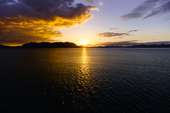 しまなみレモンビーチの名で親しまれる瀬戸田サンセットビーチは、日本の名海水浴場88選に選ばれています。瀬戸内で最も美しい夕焼けが見られる海岸とも言われており、連日多くの観光客を魅了しています。