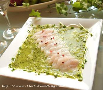 キウイを擦り潰したソースと白身魚のお刺身の何とも美味しそうな見た目も美しい一品。簡単にこんなおしゃれな前菜が出来てしまうなんて驚きです。 火を使わない酵素たっぷりのローフードです。