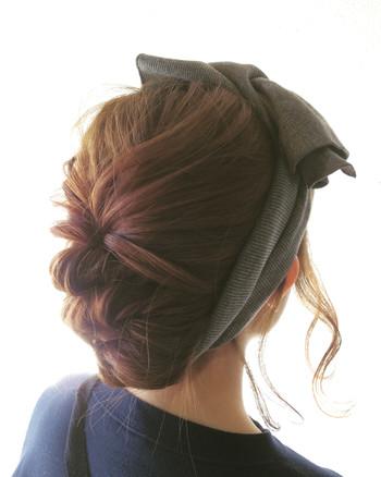 編み込みの幅をゆるく大きくしてまとめたら、また違った印象に♪ ターバンと髪色の相性も素敵!