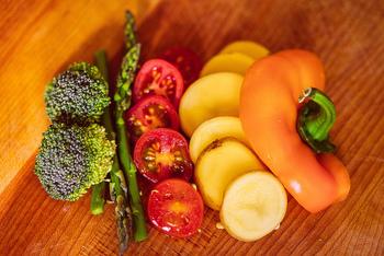 パワーサラダに使う野菜の全体の1/3を緑黄色野菜にしましょう。緑黄色野菜はトマトやパプリカ、カボチャなど色の濃い野菜のことで、カロテンやビタミンAなどを多く含むのが特徴です。大根やキャベツなどの淡色野菜などと合わせ、幅広く栄養素を摂取できるようにします。  (例)一日に摂りたい野菜の目安は350gといわれているので、一日2食をパワーサラダにする場合は、1食あたり約60gを緑黄色野菜にします。