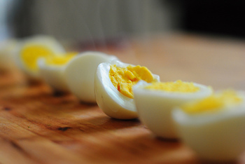 ゆで卵やささみ、チーズなどのタンパク質を50gほど入れましょう。タンパク質を入れるとカロリーが・・・と思われがちですが、体を作る大切な栄養素の一つです。きちんと摂取するように心がけましょう。  (例)Mサイズの卵は1個がおよそ60gなので、ゆで卵を半分(30g)とチーズ(20g)などいろいろ組み合わせてみるのも楽しいですよ。