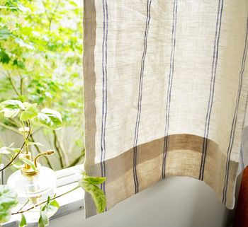 カーテンにスプレーすると、外からの虫も避けられる上に、風が吹くたびにいい香りがします。日光が直接当たる場所にスプレーをすることは避けましょう。