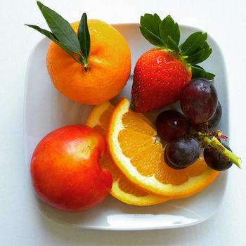 ビタミンや食物繊維を豊富に含むフルーツを入れるとよりバランスがよくなりますよ。ぜひこの機会に旬のフルーツを食べるようにしてみて下さいね。  (例)一日に摂りたいフルーツの目安は200gといわれているので、2食をパワーサラダにする場合は、1食あたり約100gのフルーツを入れます。バナナなら1本、グレープフルーツなら半分いちごなら6粒ほどです。