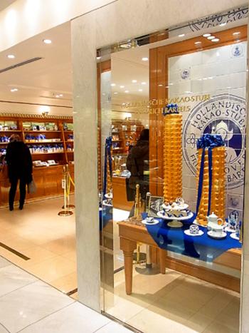 「ホレンディッシェ・カカオシュトゥーベ」はドイツの老舗バウムクーヘン専門店です。ちょっと長い店名はドイツ語で「オランダ風のカカオのお菓子屋」という意味なんだそうです。2009年9月に伊勢丹新宿店に日本1号店がオープンしました。