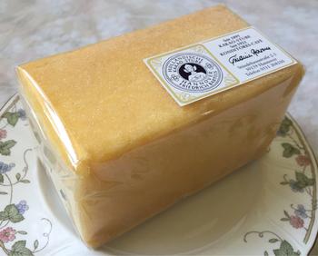 バウムクーヘンやチョコ系もいいのですが、「ツィトローネンクーヘン」もオススメ。レモンの酸味が効いたレモンケーキです。夏にオススメの一品です。