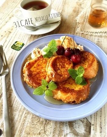 「スパニッシュトースト」という、スペイン版フレンチトーストのレシピです。オリーブオイルで焼き上げますよ。  牛乳に、砂糖・レモンの皮・シナモンを加えて液をつくり、それにパンを浸します。「あれ?卵なし?」と思われるかもしれませんが、卵は別ボウルで溶かして、焼く直前にパンを卵にくぐらせるんです♪   ぜひ、このトリハス(スペインの揚げ菓子)も作って、フレンチトーストと食べ比べてみるのもいいですね。