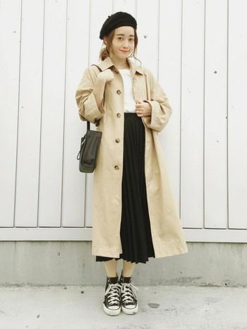 ベレー帽とプリーツスカートを合わせて、可愛らしくまとめたスタイル。 足元をスニーカーでキメて、甘くなく固くなりすぎない、程よいカジュアル感がベストバランス。