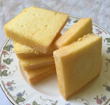 爽やかなレモン風味のツィトローネンクーヘンは、おやつにはもちろん朝ごはんにしても◎!