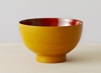 鮮やかな黄色が美しい漆のお椀の内側には、パッと目を引く朱色がまた息をのむほど美しい。