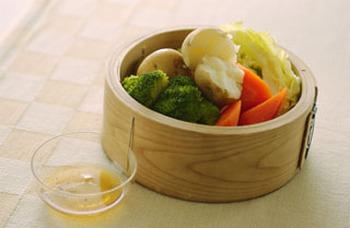 ジャガイモやにんじんも蒸篭で蒸せば、ふっくら、しっとり。 ごま油・塩こしょうを合わせたタレにつけて美味しくいただきましょう。