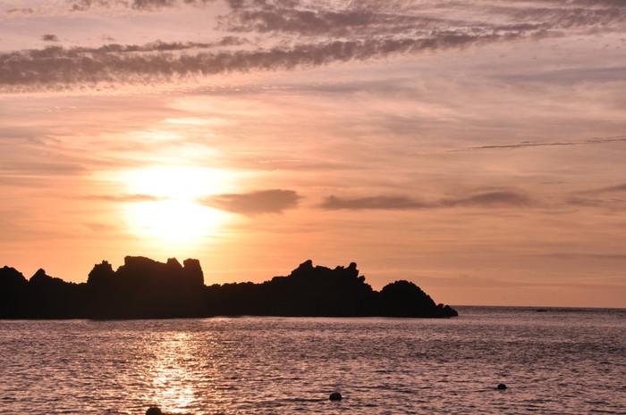 日没の海。 斜陽が照らし、それを水面が跳ね返すこの画は、何度見ても少しセンチメンタルな気持ちになりそう。